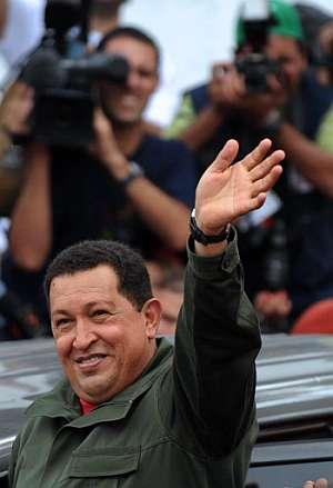 Hugo Chávez saluda a sus seguidores tras depositar su voto en las urnas. (Foto: AFP)
