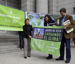 La ministra Elena Espinosa, junto a los paneles que conforman el 'monstruo' de Intermón Oxfam. (Foto: EFE)