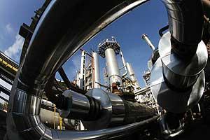 La refinería de la ciudad búlgara de Bourgas, cuya modernización podría paralizar Lukoil por la crisis financier. (Foto: OLEG POPOV / REUTERS)