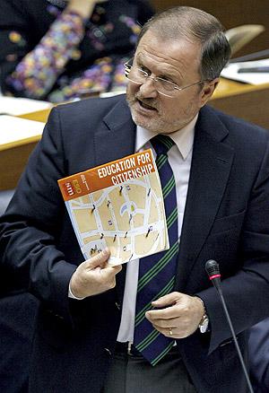 El conseller de Educación, Alejandro Font de Mora, con un manual de Ciudadanía. (Foto: EFE)