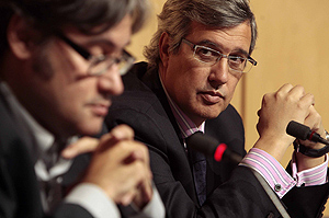 El periodista Ernesto Sánez de Buruaga junto a De Prada (FOTO: ENRIQUE CARRASCAL)