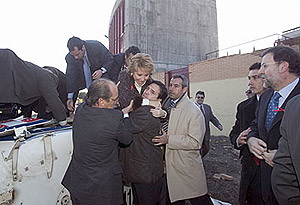 Aguirre es 'rescatada' del helicóptero estrellado en Móstoles en 2005. No sufrió ningún rasguño. (EFE)