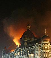 El hotel Taj, en llamas. (Foto: REUTERS)