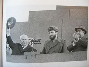 Fidel Castro en la Plaza Roja de Moscú en 1963 junto a Nikita Jruschov.
