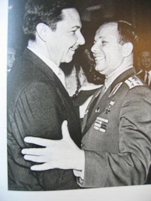 Raúl Catro con el primer cosmonauta ruso, Yuri Gagarin.