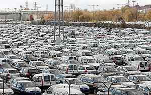 Coches aparcados en la explanada de Renault en Valladolid a la espera de un comprador. (Foto: J. M. LOSTAU)