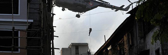 Un comando indio trabaja en la liberación del centro judio. (Foto AFP):