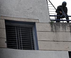 Un miembro de las fuerzas de seguridad, en el tejado del centro judío. (Foto: AP)