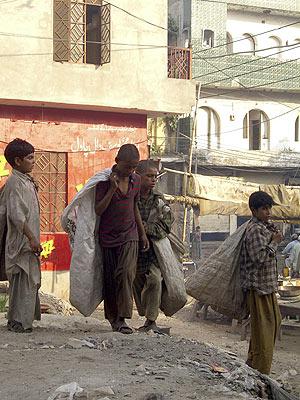 Niños recogiendo basura en la ciudad paquistaní de Lahore. (Foto: EFE)
