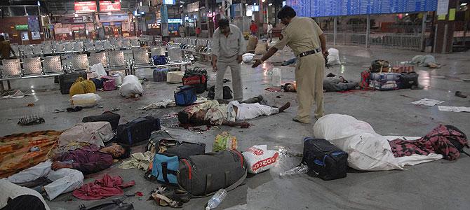La estación de trenes Chhatrapati Shivaji después del brutal e indiscriminado ataque. (Foto: REUTERS)