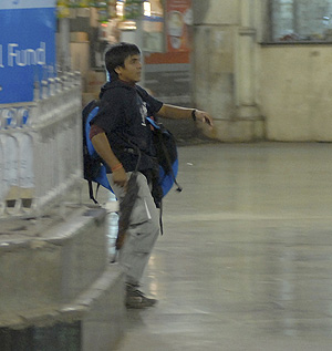 Un supuesto terrorista en el ataque el miércoles en la estación de trenes de Bombay. (Foto: REUTERS)