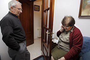 Julio Cendón y María del Carmen Docampo Vázquez, padres de Cendón, en su domicilio de Santiago de Compostela tras conocer la noticia del secuestro. (Foto: EFE)