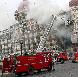 Bomberos indios apagan el fuego del hotel Taj Mahal. (Foto: EFE)