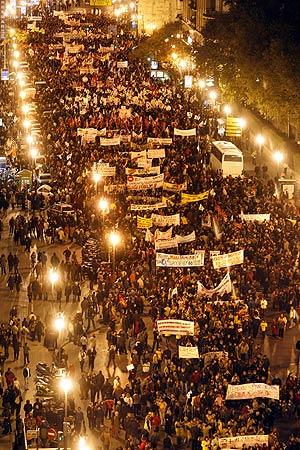 Miles de personas llenan la calle Xàtiva de Valencia durante la manifestación contra la política educativa del Consell. (Foto: Benito Pajares) [Ver más fotos]