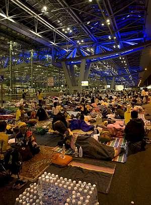 Opositores al gobierno tailandés duermen en una de las terminales del Aeropuerto Internacional de Suvarnabhumi, en Bangkok. (Foto: EFE)