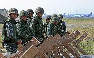 oldados tailandeses hacen guardia en las inmediaciones del Aeropuerto Internacional de Suvarnabhumi. (Foto: EFE)