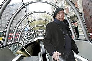 El cantautor pasea por Bilbao en 2005. (Foto: Miguel Calvo)