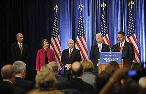 De izquierda a derecha: Eric Holder, Janet Napolitano, Robert Gates, Joe Biden y Barack Obama. (Foto: AFP)