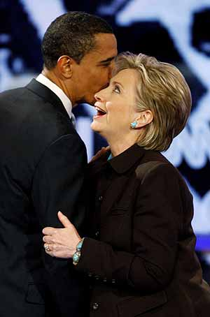 Barack Obama y Hillary Clinton durante la rueda de prensa celebrada en Chicago. (Foto: AFP