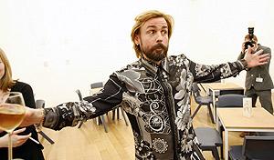 Mark Leckey, tras ganar el premio Turner 2008, en el museo de arte Tate Britain de Londres. (Foto: REUTERS)
