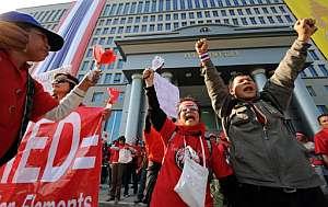 Seguidores del Gobierno se manifiestan ante la sede del Tribunal Constitucional para apoyar al primer ministro. (Foto: AFP)