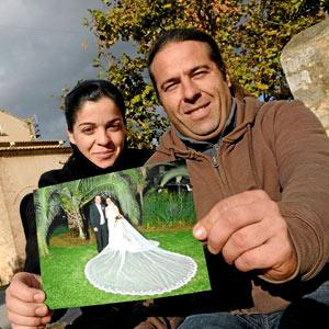La pareja con una imagen de su boda. (Foto: Cati Cladera)