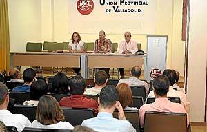 UGT comunica a los trabajadores de Nodalia las intenciones de la empresa, en una reunión reciente. (Foto: J. M. LOSTAU)