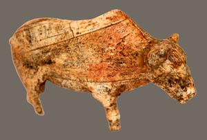 Bisonte tallado con colmillos de mamut en el Paleolítico hallado en Rusia. (Foto: Hizri Amirjanov)