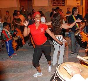Dos chicas bailan a ritmo de candombe. (Fotos: Freddy Martínez)