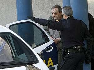 Maximino Couto, que presuntamente asesinó a su pareja, entra en un coche policial. (Foto: EFE)