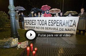 Flores, velas y concentración en Azpeitia. (Foto: Iñaki Andrés)