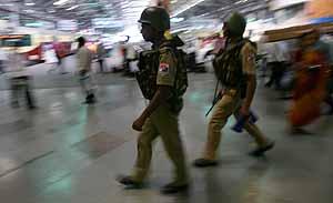 Las fuerzas de seguridad indias patruyan en la estación central de tren de Bombay (Foto: Reuters)