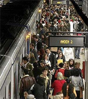 Varias personas esperan para entrar en un vagón de metro. (Foto: Jaime Villanueva)