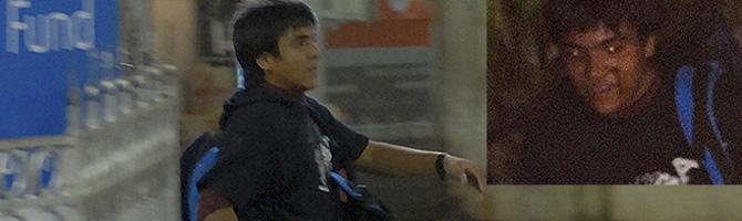 Azam Amir Kasabm, durante el ataque en la estación de trenes. Una fotografía publicada por 'The Times of India'