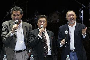 El escritor Elmer Mendoza (izqda.), el cantante de Los Tigres del Norte, Jorge Hernández, y Pérez Reverte (dcha.), durante el acto. (Foto: AP)