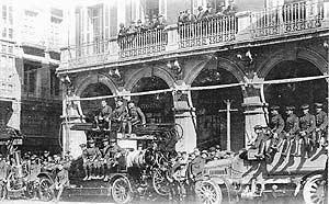 El cuerpo de Bomberos de Valladolid frente al Hotel Moderno, en la esquina de la calle Lencería. (Foto: EL MUNDO- DIARIO DE VALLADOLID)