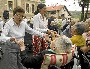 Voluntarias con un grupo de ancianos en una residencia de Bilbao. (Foto: Paloma Iraizoz)