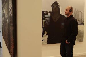 Un visitante observa una de las piezas. (Foto: ENRIQUE CARRASCAL)