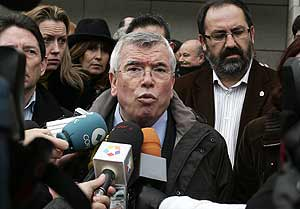 Pedro Castro habla con la prensa tras un acto de repulsa al último atentado de ETA. (Foto: J. Villanueva)