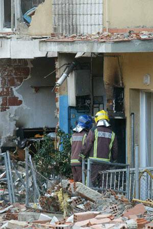 Los bomberos inspeccionan una tubería del gas tras la explosión. (Foto: Antonio Moreno)