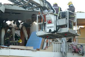 Bomberos sacando enseres del edificio afectado. (Foto: Antonio Moreno)