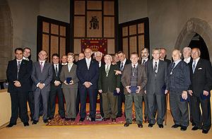 Alcaldes y presidentes de la Diputación de Ávila tras la entrega de las medallas. (Foto: RICARDO MUÑOZ)