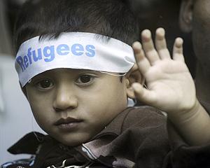 Un niño de Myanmar luce una cinta en la que indica su condición de refugiado. (Foto: AP)