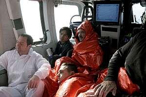 Los marineros rescatados con vida son trasladados en helicóptero al Complejo Hospitalario de A Coruña. (Foto: EFE)