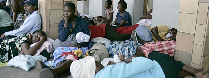 Zimbabuenses esperan para sacar dinero de un cajero automático en Harare. (Foto: P. Bulawayo   REUTERS)
