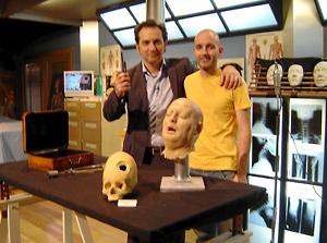 Juan Villa junto al presentador de televisión y periodista Iker Jiménez, en un programa de trepanación.