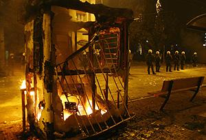 Una parada de autobús de Atenas, en llamas tras los disturbios. (Foto: REUTERS)