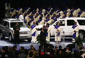 Imagen de la misa celebrada este domingo en detroit por el futuro de la industria automovilística, bajo el nombre de 'Por la esperanza del híbrido'. (Foto: REUTERS)