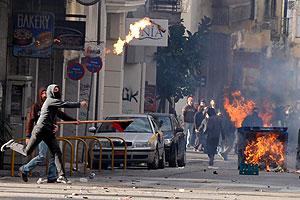 Los disturbios se han extendido a otras ciudades del país, entre ellas la ciudad de Patras, del Peloponeso. (Foto: EFE)