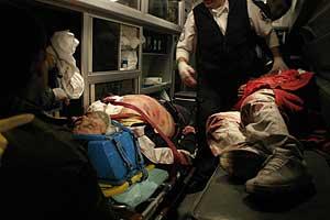 Un paramedico da los primeros auxilios a dos de los implicados en los ataques. (Foto: EFE)